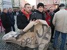 Policist� v civilu odv�d�j� stranou dva mlad� lidi, kte�� na m�tinku Milo�e Zemana v Krnov� nesli transparent Styd�m se za sv�ho prezidenta. (11. listopadu 2014)