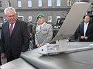 Prezidenta Miloše Zemana v Jaselských kasárnách v Opavě zaujal bezpilotní letoun, tzv. dron. (11. listopadu 2014)