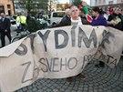 Opuštěného transparentu se na krnovském náměstí chopil Stefan Bogdal. (11. listopadu 2014)