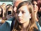 Odv�n� studentka, kter� na m�tinku v Opav� ve�ejn� vyzvala prezidenta Milo�e Zemana kv�li jeho postoji k ��n� k rezignaci. (11. listopadu 2014)