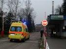 Sanitka vjíždí do areálu Dolu ČSA Karviná, kde po silném otřesu zahynuli tři horníci. (14. listopadu 2014)