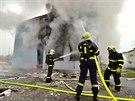 Hasiči museli nejprve zlikvidovat požár, který se budovou po explozi rozšířil. (18. listopadu 2014)
