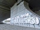 Trojský most v Praze se otevřel 6. října. Uplynulo ani ne pět týdnů a novostavbu už hyzdí graffiti (11. listopadu 2014).