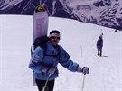 Luděk Váša na kavkazském Elbrusu v roce 1989. Sněžné prkno vlastní výroby má opět s sebou.