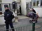 P�tr�n� po �tygrovi� zam�stnalo des�tky policist�, hasi�� i lovc�. Obyvatel� pa��sk�ho p�edm�st� m�li doporu�eno nevych�zet z dom�, p�ed �kolami hl�dkovala policie (14. listopadu 2014)