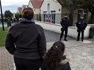 """Pátrání po """"tygrovi"""" zaměstnalo desítky policistů, hasičů i lovců. Obyvatelé pařížského předměstí měli doporučeno nevycházet z domů, před školami hlídkovala policie (14. listopadu 2014)"""