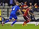 Islanďan Hordur Magnusson nahání belgického fotbalistu Edena Hazarda.