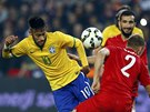 Brazilec Neymar proniká tureckou obranou.