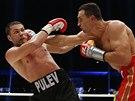 Vladimir Kli�ko (vpravo) jde po soupe�i ost�e, Kubrat Pulev je v hlubok� defenz�v�.