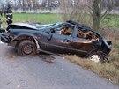 Řidič vyjel v zatáčce ze silnice, narazil do ovocných stromu a skončil s autem na střeše v příkopu.