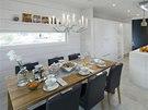 Velký jídelní stůl je pro vícečlennou rodinu nezbytný.