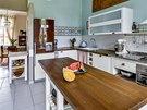 Základ kuchyně tvoří sestava nábytku z IKEA. Je plnohodnotně vybavena základními spotřebiči včetně myčky. Nevšední vzhled původně stříbrné chladničky s mrazničkou vznikl polepením spotřebiče PVC fólií. Nádech romantiky se špetkou nostalgie sem vnáší puntíkovaná tapeta (Lavmi) a skříňky s drobnými zásuvkami (Kika). Pracovní desky jsou z tmavě mořené voskované masivní dubové desky.