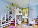 Třímetrová výška stropu umožnila do dětského pokoje vestavět patro. Záviděníhodný pokoj dětem zhotovil šikovný tatínek Ota.