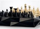 Exkluzivní souprava Kubistické šachy obsahuje ručně vyřezávané figurky z javorového dřeva a šachovnici.