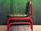 Křeslo z ohýbaného bukového masivu a sedákem z koženky navrhla Věra Machoninová speciálně pro DBK. Křesla byla vyrobena firmou TON.