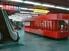1. patro DBK - pohled na prostor informací a šatny, nechyběl zde ani telefonní automat.