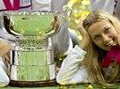 Petra Kvitová s trofejí pro vítězky Fed Cupu.
