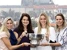 České tenistky (zleva) Andrea Hlaváčková, Lucie Šafářová, Petra Kvitová a Lucie Hradecká pózují s Fed Cupem.