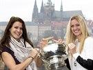 Petra Kvitová (vpravo) a Lucie Šafářová pózují s Fed Cupem.