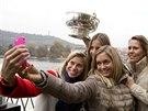 Selfie s Fed Cupem. Zleva Andrea Hlaváčková, Karolína Plíšková, Klára Koukalová a Lucie Hradecká.