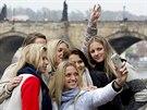 Selfie s Fed Cupem. Zleva Andrea Hlav��kov�, Lucie Hradeck�, Kl�ra Koukalov�, Petra Kvitov�, Lucie �af��ov� a   Karol�na Pl�kov�.