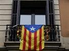 Vlajka nez�visl�ho Katal�nska zvan� Estelada na balkon� domu v Barcelon�.