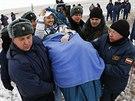 Pozemní personál přenáší německého kosmonauta Alexandra Gerse po přistání v Kazachstánu. Na ISS strávil šest měsíců. (10. listopadu 2014)