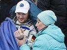 Německý kosmonaut Alexander Gerst si nechává kontrolovat tep.
