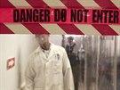 Lékař na základně v dominikánském Santo Domingu za průhlednou plastovou stěnou, která odděluje pacienty s ebolou od ostatních.