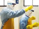 Lékaři v nemocnici na dominikánské letecké základně v Santo Domingu si oblékají ochranné obleky kvůli ebole.