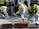 Izraelští záchranáři čistí místo před jeruzalémskou synagogou, kde útočníci zabili čtyři věřící (18. listopadu 2014).