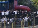 Ortodoxní věřící se sešli nedaleko jeruzalémské synagogy, kde v úterý ráno zaútočili masovaní ozbrojenci.