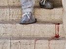 Krev na schodech jeruzal�msk� synagogy po �toku ozbrojenc� (18. listopadu 2014).