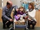 Sedmilet� Veronika Hamb�lkov� trp� extr�mn� lomivost� kost�. Po t�ech operac�ch v p�erovsk� nemocnici se ale bl�� sen jej� i rodi�� - aby se mohla postavit na nohy a chodit.