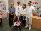 Sedmilet� Veronika Hamb�lkov�  s rodi�i a l�ka�i p�erovsk� nemocnice - ortopedem a hlavn�m operat�rem Karlem Ro��kem (�pln� vpravo) a prim��em ortopedicko-traumatologick�ho odd�len� Pavlem P�ikrylem.