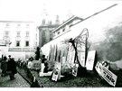 Olomoučané se se starým nesvobodným režimem vypořádali po svém - spontánními happeningy. Olomoucká revoluce se tak odlišila od zbytku země. Prorežimní cedule a znaky našly improvizovaný hřbitov  na dvoře muzea.