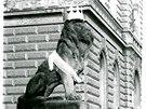 Olomou�an� se se star�m nesvobodn�m re�imem vypo��dali po sv�m - spont�nn�mi happeningy. Olomouck� revoluce se tak odli�ila od zbytku zem�. Kamenn� lvy, kte�� dodnes str�� vchod do budovy okresn�ho soudu na nejru�n�j�� ulici m�sta, ozdobily  koruny a trikolory.