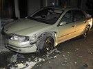 Mladík, který za jízdy ladil rádio, nezvládl řízení a skončil se svým autem na střeše.