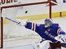 Henrik Lundqvist z New Yorku Rangers se pokouší vyrazit puk svou hokejkou.