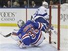 Henrik Lundqvist pouští puk do branky New York Rangers, překonává ho Nikita Kučerov z Tampy Bay.