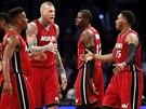 Norris Cole, Chris Andersen, James Ennis a Mario Chalmers (zleva) se radují z povedené akce Miami Heat.