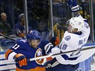 �ubom�r Vi��ovsk� (vlevo) z NY Islanders a Ond�ej Pal�t z Tampy Bay se srazili u mantinelu.