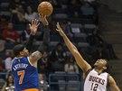 Carmelo Anthony z New Yorku střílí přes Jabariho Parkera z Milwaukee.