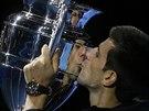 POLIBEK S TROFEJÍ. Novak Djokovič líbá trofej pro hráče, který zakončí sezonu jako světová jednička. Potřetí za poslední čtyři roky se to povedlo srbskému tenistovi.