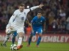 Anglick� �to�n�k Wayne Rooney prom��uje penaltu v kvalifika�n�m duelu proti Slovinsku.