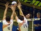 Ústecký volejbalista Milan Lízala útočí v duelu s Karlovarskem.