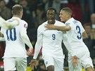 Danny Welbeck (s ��slem 9) z Anglie oslavuje g�l proti Slovinsku, blahop�eje mu Wayne Rooney (z�dy) a Kieran Gibbs (vpravo).