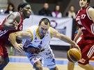Pardubický basketbalistá Dušan Pandula vede míč, zastavit ho chce svitavský Cory Abercrombie.