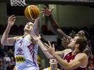Pardubický basketbalistá Petr Bohačík se dere ke koši v duelu proti Svitavám.