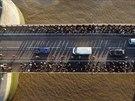 Pohled z nové skleněné lávky na londýnském legendárním mostě Tower Bridge